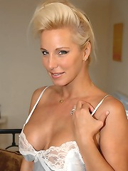 20 Pics Hot Blonde Milf Babe..